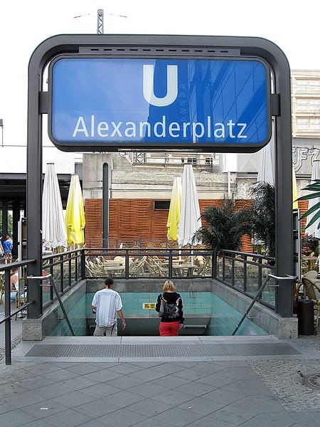 Het plein heette oorspronkelijk de Ochsenmarkt (Ossenmarkt) maar in 1805,<br /> na een bezoek van de Russische Tsaar Alexander I werd het hernoemd tot<br /> Alexanderplatz. De lokale inwoners noemen het grote plein gewoon 'Alex'.<br /> Het grootste deel van de gebouwen aan het plein werden vernield door geallieerde<br /> bombardementen tijdens WOII. Na de oorlog werd het plein gebruikt als een voorbeeld<br /> van socialistische architectuur en urbanisme. Dit had als gevolg dat het plein sterk werd<br /> uitgebreid en werd omringd door monotone, logge gebouwen.