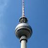 Met een hoogte van 368 meter is de Berlijnse televisitoren het hoogste<br /> bouwwerk van Duitsland. Hij staat in het historische centrum van Berlijn, <br /> vlak naast de Middeleeuwse Marienkirche, in de buurt van het Rote Rathaus<br /> en direct ten westen van de Alexander-platz. Vanaf de uitkijkplatforms op ruim<br /> 200 meter hoogte heeft u een grandioos panorama over Berlijn en ver daarbuiten.<br /> De toren werd in 1969 geopend, in de toenmalige DDR.