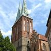 In het centrum van het Nikolaiviertel staat de oudste kerk van Berlijn,<br /> de 13e eeuwse Nikolaikirche. Het gebouw werd tijdens de loop der eeuwen<br /> vaak aangepast. In 1402 werd er een hoogkoor toegevoegd en de twee torens<br /> werd gebouwd in 1877. De Nikolaikirche werd in 1945 vernield door een<br /> bombardement en volledig heropgebouwd in 1987.<br /> In de kerk bevindt zich nu een museum dat de geschiedenis van de stad weergeeft.