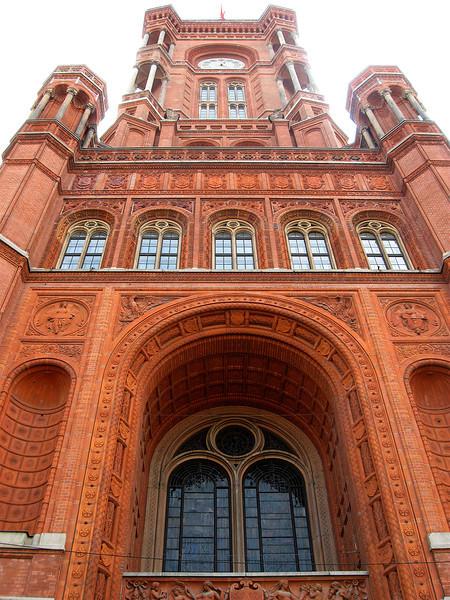 Het stadhuis van Berlijn, een groot rood bakstenen gebouw<br /> met een indrukwekkende toren, staat bekend als het Rotes Rathaus.<br /> Het 19e eeuwse gebouw is gelegen aan de zuidoostelijke kant van Alexanderplatz.<br /> Voor het stadhuis staat een grote barokke fontein, de Neptunbrunnen.