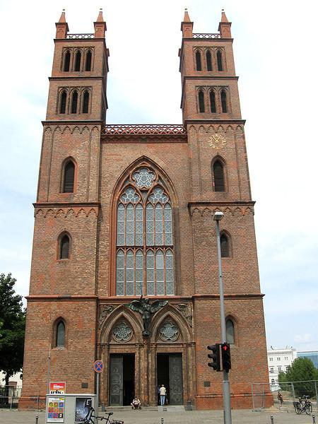 De Friedrichswerdersche Kirche was de eerste neo-gotische kerk in Berlijn.<br /> Het werd ontworpen door de plaatselijke architect Karl Friedrich Schinkel en <br /> gebouwd tussen 1824 en 1830. De stijl was erg ongebruikelijk voor Schinkel, <br /> de meeste Berlijnse gebouwen die Schinkel ontwierp waren in de neo-klassieke stijl. <br /> Uiterlijk is het bakstenen gebouw erg sober.