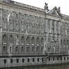 Marstall.<br /> Naast het voormalige paleis staat de Marstall, de koninklijke stallen. Het enorme barokke gebouw<br /> is slechts een deel van het complex dat in 1669 werd ontworpen door de Nederlandse architect<br /> Michael Matthias Smids. De Marstall wordt nu gebruikt als stadsbibliotheek en archief.