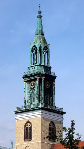Marienkirche.<br /> Deze Mariakerk werd in de 2de helft van de 13de eeuw als<br /> parochiekerk gebouwd, maar werd pas voltooid in het begin<br /> van de 14de eeuw. In 1790 werd de toen voorzien van een<br /> koepel met zowel barokke als neogothische elementen.