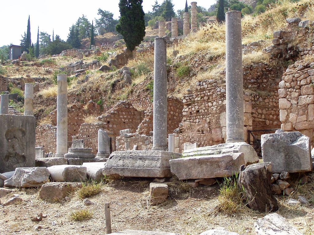 MvD-20020819-44-P8190019-Delphi-Romeinse Agora-Start Heilige weg naar Tempel Apollo