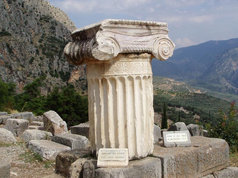 MvD-20020819-64-P8190032-Delphi-Ionische zuil voor Naxos Sfinx