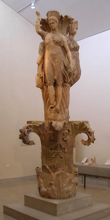 MvD-20020819-25-P8190004-Delphi-Akanthos Column-3 Dansende meisjes