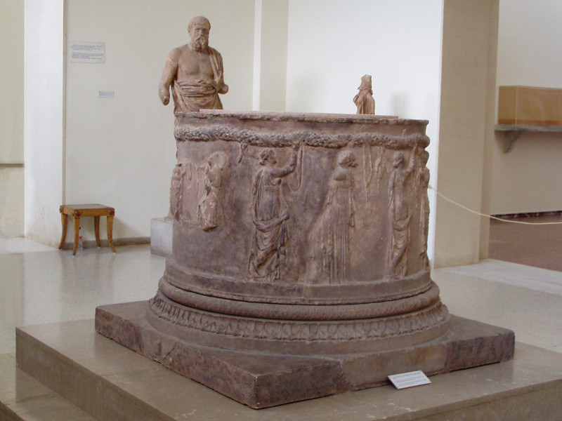 MvD-20020819-17-P8190002-Delphi-Schathuis van Atheners-Cirkelaltaar
