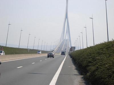 Deze brug is gebouwd bij Le Havre, over de monding van de Seine.  De brug is 856 meter lang en werd geopend in 1995.  Gedurende 4 jaar was het de langste hangbrug ter wereld.