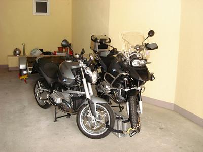 een parkeerplaats voor onze motoren in de niet-afgesloten garage