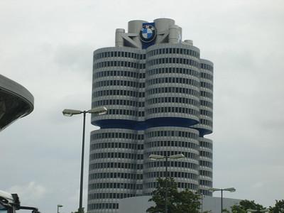 de 101 meter hoge toren is het hoofdkantoor (BMW Vierzylinder)