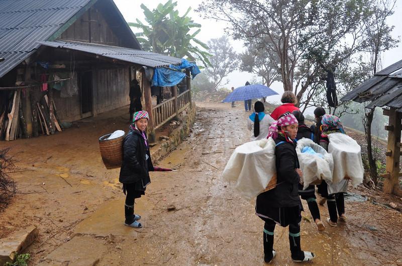 """Regitze og Ta May blandt """"Sort Hmong"""". De farver deres tøj med indigo"""