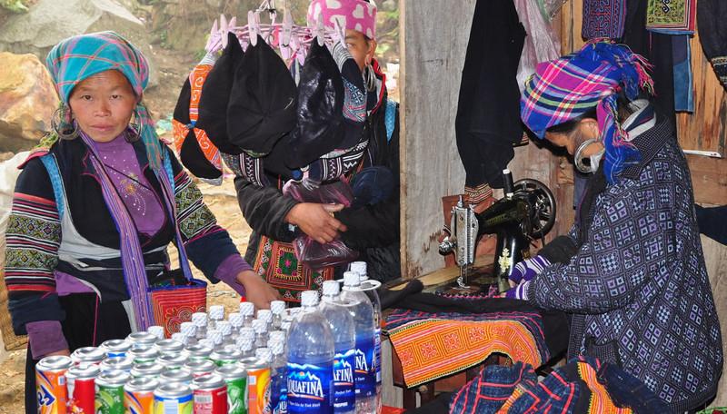 Vi kom forbi en landsby mere - stammen Zay. De er langt mere velstående end Hmong og taler et sprog der er beslægtet med Tai.