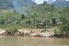"""Hmong landsby. Kan kun nås ad floden. Regeringen har foræret dem """"hårde tage"""""""