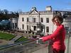 og en stor balkon med udsigt over herregården...