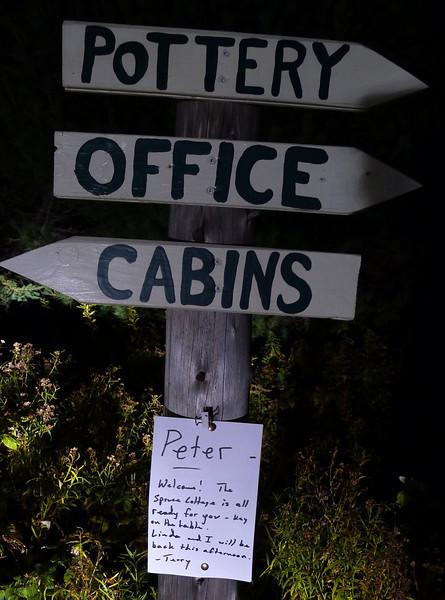 vi når Spruce Cottage i billygtens skær..