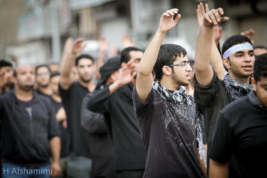 شارك الآلاف من الرجال والنساء في مسيرة عزاء مركزية انطلقت من وسط القطيف في يوم العاشر من محرم عام 1434 هـ