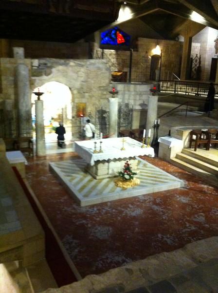 Центральный алтарь нижнего храма находится в самом центре под куполом