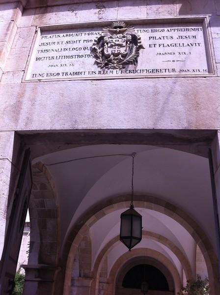 II station. Внешний двор претория, Лифостротон. Церковь Бичевания. Спаситель принимает Крест