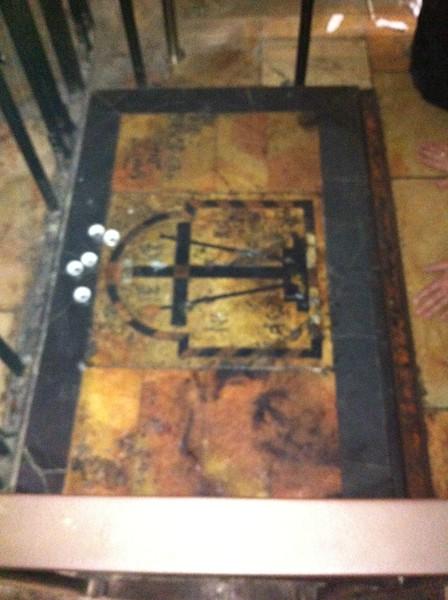 Мраморная плита, отмечающая место обретения Креста