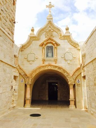 Вход в Молочную пещеру недалеко от храма Рождества