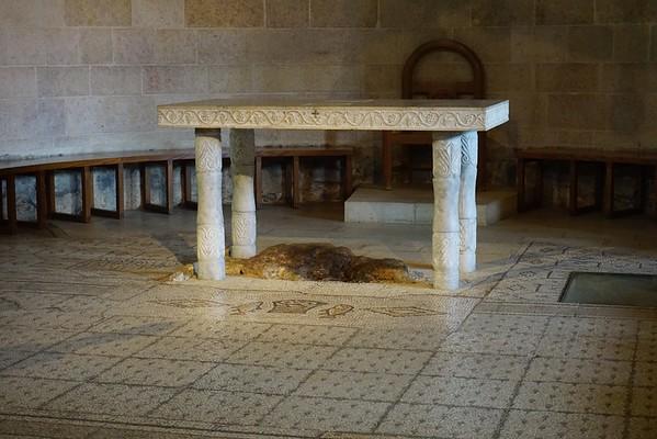 Алтарем церкви служит камень, на котором совершилось чудо Умножения хлебов и рыбы