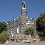 Из-за обмеления Галилейского моря перед церковью образовался небольшой пляж