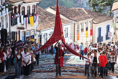 Worshippers participate in the Easter Sunday procession in the historic city of Ouro Preto in the Brazilian state of Minas Gerais.(Douglas Engle/Australfoto)