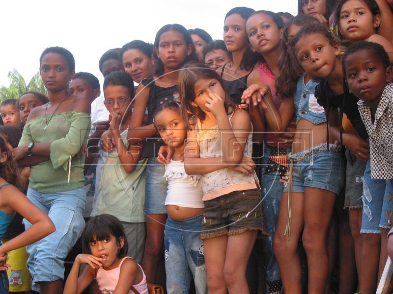 Brasil: Ninos miran a una via crusis para el viernes santo el el pueblo amazonense de arari en el estado brasileno de maranhao. / Brazil: Villagers watch a passion play to mark Good Friday in the Amazonian town of Arari in the state of Maranhao. / Brasilien: <br /> <br /> © Douglas Engle/LATINPHOTO.org<br /> NO ARCHIVO-NO ARCHIVE-ARCHIVIERUNG VERBOTEN!