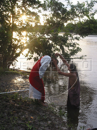 Brasil: Juan Bautista Bautisa a Jesus con aguas del rio mearim durante una via crusis para el viernes santo el el pueblo amazonense de arari en el estado brasileno de maranhao. / Brazil: John the Baptist baptizes Jesus during a Good Friday passion play on the riverbank of the Mearim River in Brazil's amazonian state of Maranhao. (Photo/Douglas Engle). / Brasilien:   © Douglas Engle/LATINPHOTO.org NO ARCHIVO-NO ARCHIVE-ARCHIVIERUNG VERBOTEN!