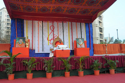 Swami Ishwaranandaji's Geeta Gyan Yagna at Raheja Vihar Complex, Powai. Mornings he took the Dakshinamoorty text and evenings the Chapter 2 from the Bhagwat Geeta. Swamiji is currently located in Chinmaya Missions's California Centre.