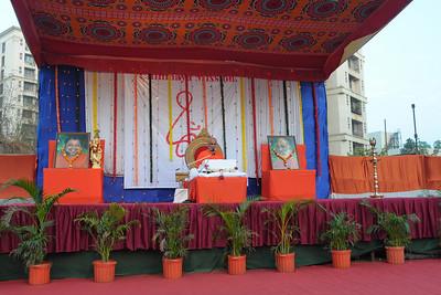 Swami Ishwaranandaji's Geeta Gyan Yagna at Raheja Vihar Complex, Powai. Mornings he took the Dakshinamoorty text and evenings the Chapter 2 from the Bhagwat Geeta. Swamiji is currently located in Chinmaya Missions's California Centre.