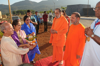 Guruji and other Swamijis being welcomed to the Yagna Shala at Chinmaya Mission's International Camp, Dec 26th to Jan 1st, 2009 held at Chinmaya Vibhooti, Kolwan, Maharashtra, India.