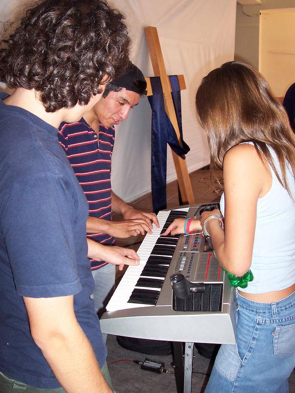 En el Back-Stage. La Pame y Felipe saboteando la tocata de Luchito Mario, jejeje.