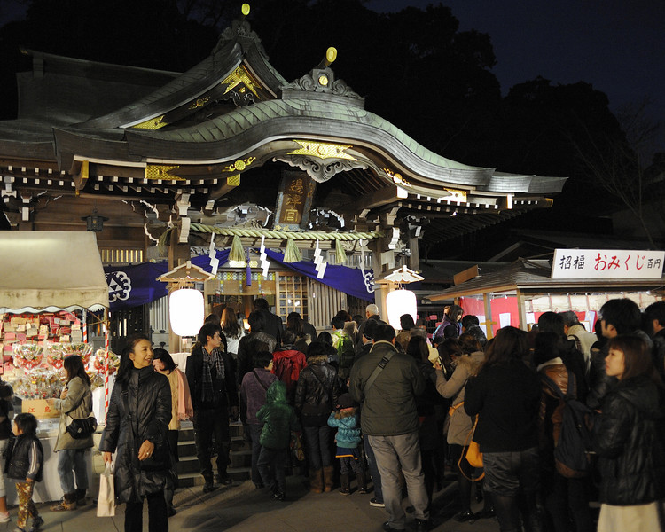 The Hetsu-no-miya Shrine dedicated to the spirit (kami) Tagitsuhime. Shrine lore claims  Minamoto Sanetomo, 2nd son of Minamoto Yoritomo, was the founding patron. Following Shinto tradition, the worshippers approach the entrance of the worship hall, and draw the spirit's attention by clapping. After an offering, they make their prayers, and then move away for the next person.