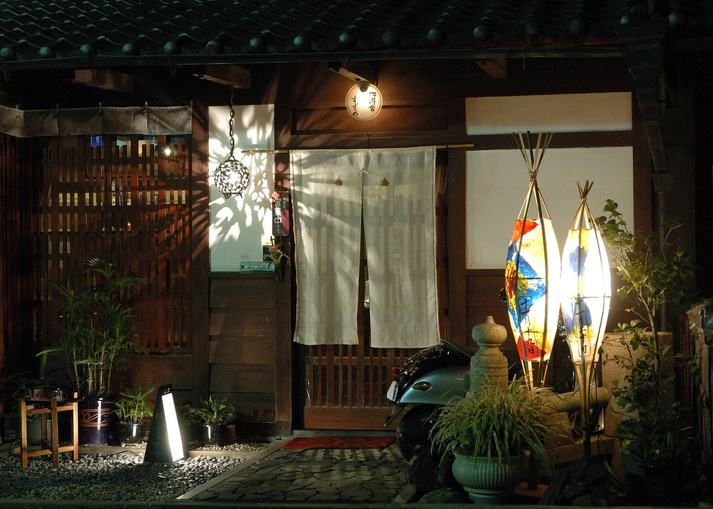 The Toriimoto area of Arashiyama in Kyoto has a summer light-up event on the same day as the Adashino Nebutsuji memorial service. This is the display at one of the nearby homes.