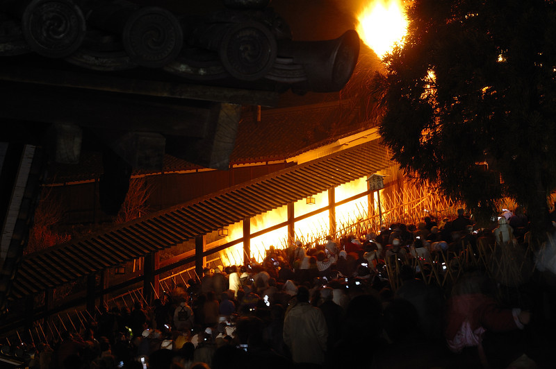 One burning torch being brought up the stairs. The restricted placement of heavy duty photographic gear has no effect on the legions of viewers armed with their cell-phones.