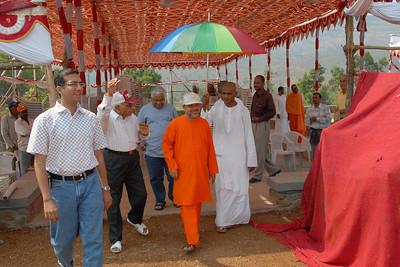 07040048 - Guruji (Swami Tejomayanandaji) leaving the Hanuman Temple, Chinmaya Vibhoothi, Kolwan, Maharashtra, India.