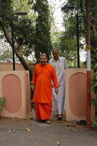 07040007 - Guruji (Swami Tejomayanandaji) leaving from Sandeepany Ashram, Powai Lake, Mumbai.