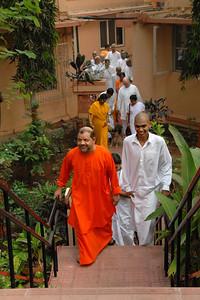 07040005 - Guruji (Swami Tejomayanandaji) leaving from Sandeepany Ashram, Powai Lake, Mumbai.