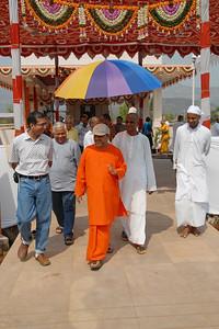 07040045 - Guruji (Swami Tejomayanandaji) leaving the Hanuman Temple, Chinmaya Vibhoothi, Kolwan, Maharashtra, India.