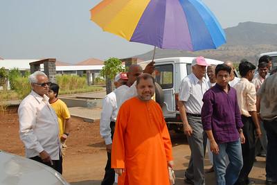 07040009 - Guruji (Swami Tejomayanandaji) arriving at Chinmaya Vibhoothi, Kolwan, Maharashtra, India.