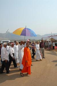07040010 - Guruji (Swami Tejomayanandaji) arriving at Chinmaya Vibhoothi, Kolwan, Maharashtra, India.