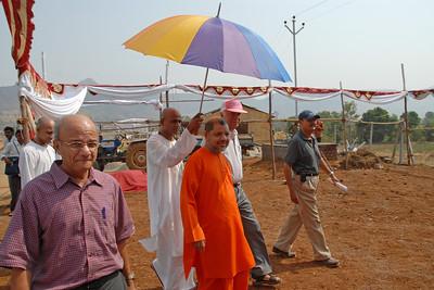 07040011 - Guruji (Swami Tejomayanandaji) arriving at Chinmaya Vibhoothi, Kolwan, Maharashtra, India.