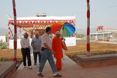 07040045 - Guruji leaving the Hanuman Temple, Chinmaya Vibhoothi, Kolwan, Maharashtra, India.