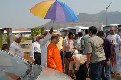 07040008 - Guruji (Swami Tejomayanandaji) arriving at Chinmaya Vibhoothi, Kolwan, Maharashtra, India.