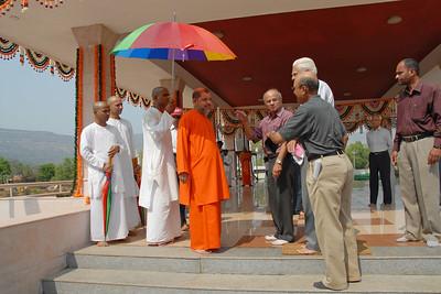07040039 - Guruji (Swami Tejomayanandaji) leaving the Hanuman Temple, Chinmaya Vibhoothi, Kolwan, Maharashtra, India.