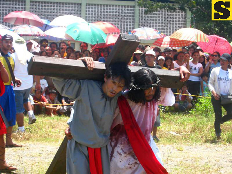 """One of the scenes in the street play """"Hinuklog"""" staged in Medina, Misamis Oriental on Good Friday. (Michael Andrew W. Yu)"""