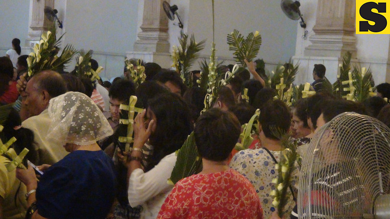 Churchgoers at the Cebu Metropolitan Cathedral had their palm leaves blessed.