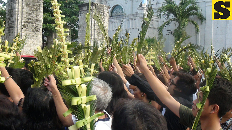 Churchgoers had their palm leaves blessed at the Cebu Metropolitan Cathedral.