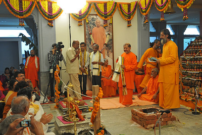 Pujya Swami Tejomayananda and Pujya Swami Brahmananda performed Kalashabhishekam at the Pranav Ganesh Temple at Chinmaya Vibhooti Kolwan (Maharashtra, India). The consecration (Prana Pratishtha) of the Ganesh idol at the temple was performed under the guidance of Shri Vaze Guruji and his team of twelve priests who performed various ceremonies along with Shri Ravi Nene, CEO, Chinmaya Vibhooti and his wife Smt Nandini Nene who represented Chinmaya Mission at the ceremonies. The final day saw more than 1,000 devotees doing kalashabhishekam of the Utsav Murty. January, 2012